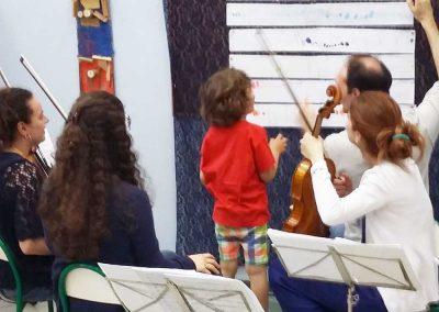 Bambino legge sua musica