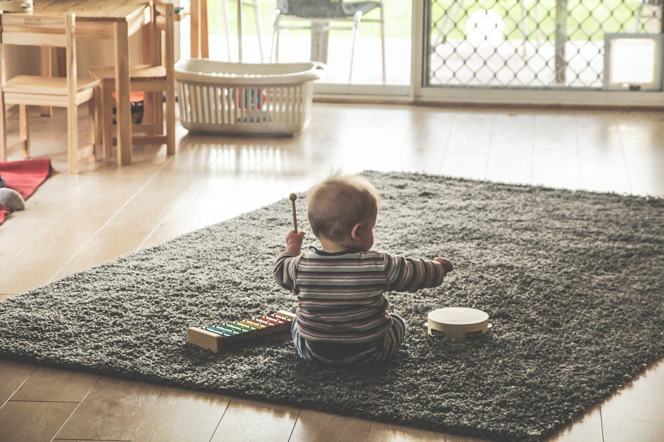 bimbo tappeto